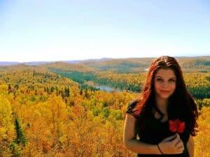 Une étudiante française en séjour au Québec, lors d'une activité de randonnée automnale dans les Monts-Valins au Saguenay  (Crédit photo : Marc Gagnon, directeur des services aux étudiants, Cégep de Chicoutimi)